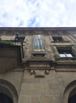 Museo de las Peregrinaciones y de Santiago. Banderola fachada.