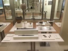 Museo de las Peregrinaciones y de Santiago. Mesas en vitrina.