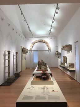 Museo de las Peregrinaciones y de Santiago. Mesas.