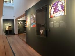 Museo de las Peregrinaciones y de Santiago. Gráfica aplicada y vitrina.