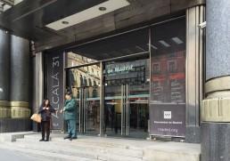 Sala Alcalá 31. Vidrio en la puerta.